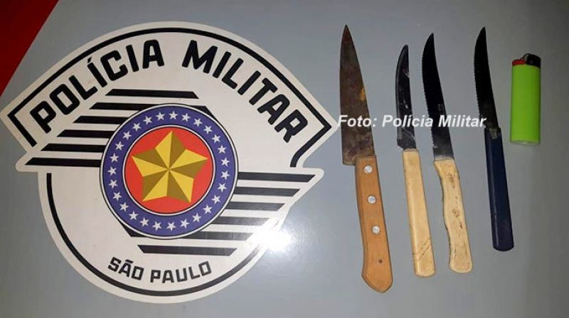 os policiais apreenderam facas e o isqueiro que o homem iria usar para colocar fogo na casa.