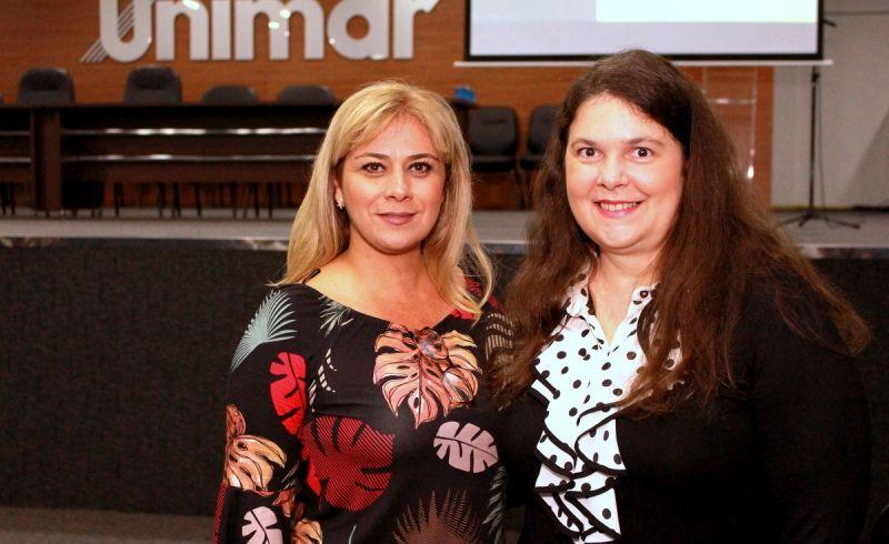 Priscila Nogueira Camacho Dejuste (esq.) e Lara Ubeda Casadei durante palestra na Unimar