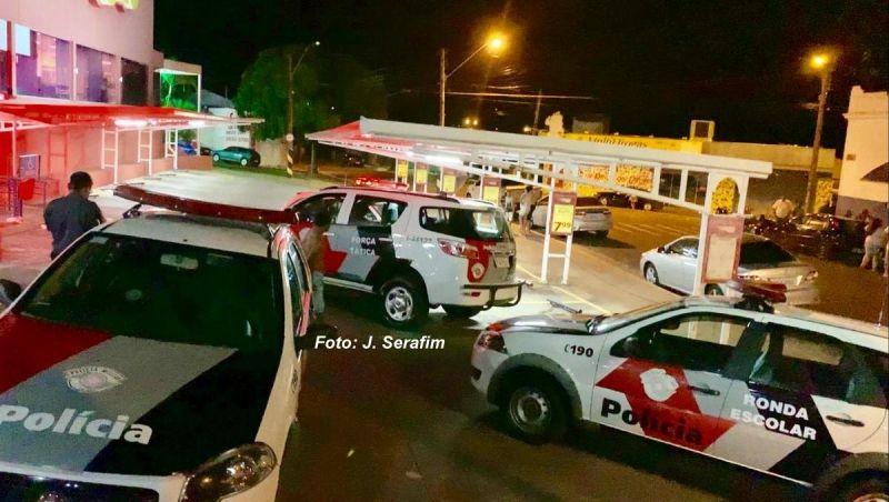 A Polícia Militar agiu rápido e prendeu os criminosos no interior do supermercado.