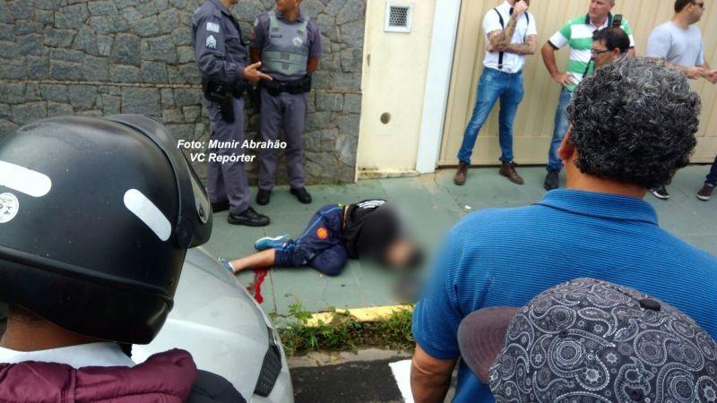 Um dos criminosos foi contido por populares. O outro foi preso logo depois.