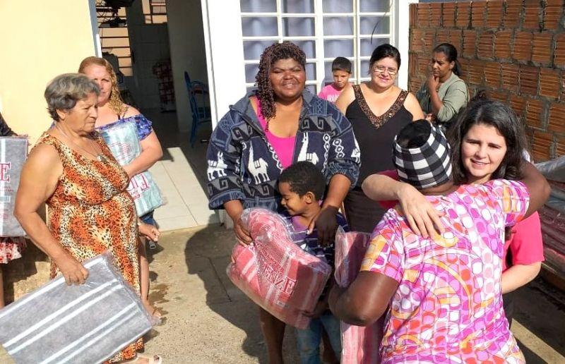 A presidente do Fundo, Selma Regina Mazuqueli Alonso, fez a entrega dos cobertores
