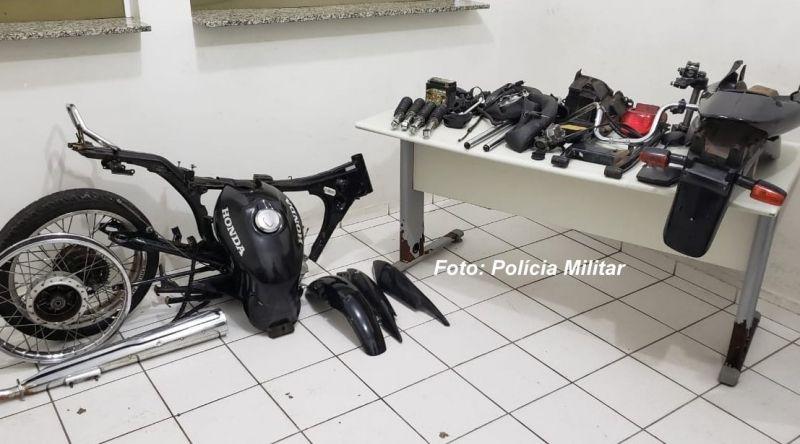 As peças da moto furtada foram apreendidas pela PM.