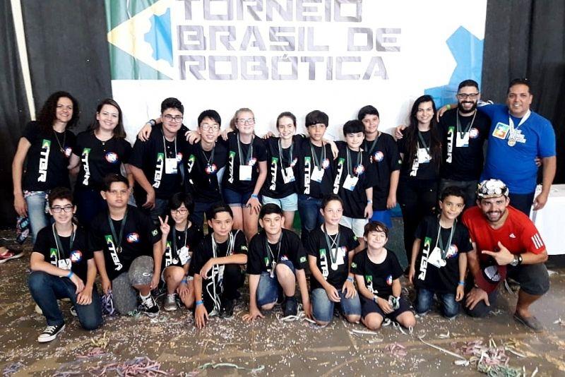 Os jovens vencedores com a equipe de apoio da Onbyte, após receber as medalhas.