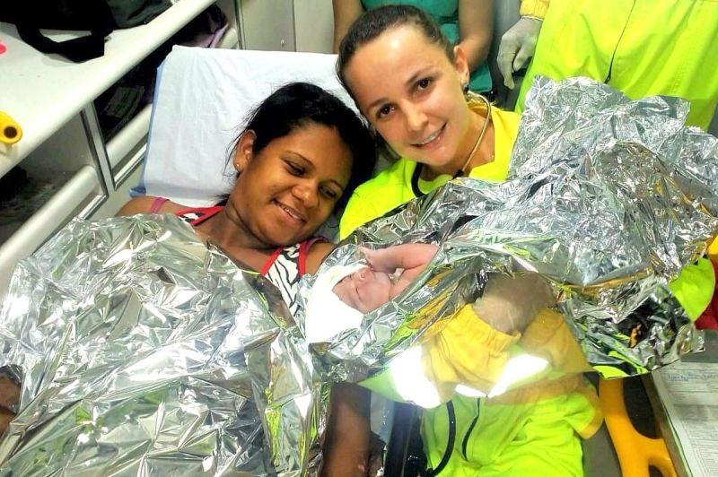 A mamãe Kássia com a médica  Karina Vilariço e o pequeno Natan, logo após o parto.