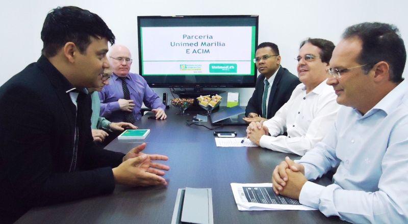 Diretores da ACIM reunidos com a diretoria da Unimed/Marília.