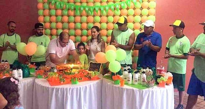 Os homenageados participaram na hora dos parabéns e cortar o bolo.
