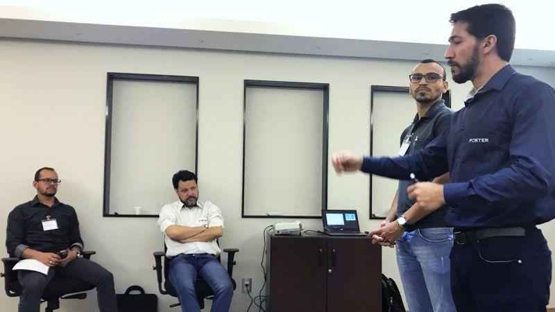 À esquerda, Moreno Medeiros durante a apresentação