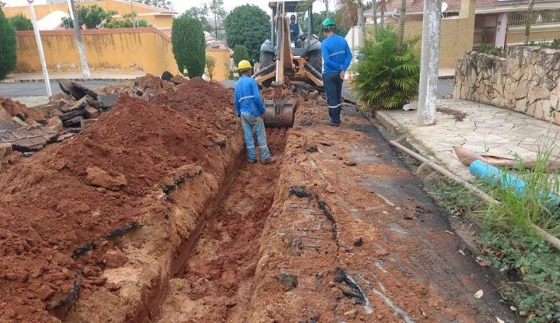 O DAEM está substituindo a rede para amentar a vazão de água na região.