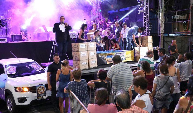 Uma noite de muita festa marcou o sorteio dos prêmios do IPTU e show com Gian & Giovani