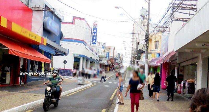 A loja está situada na rua São Luiz e foi invadida pelo telhado.