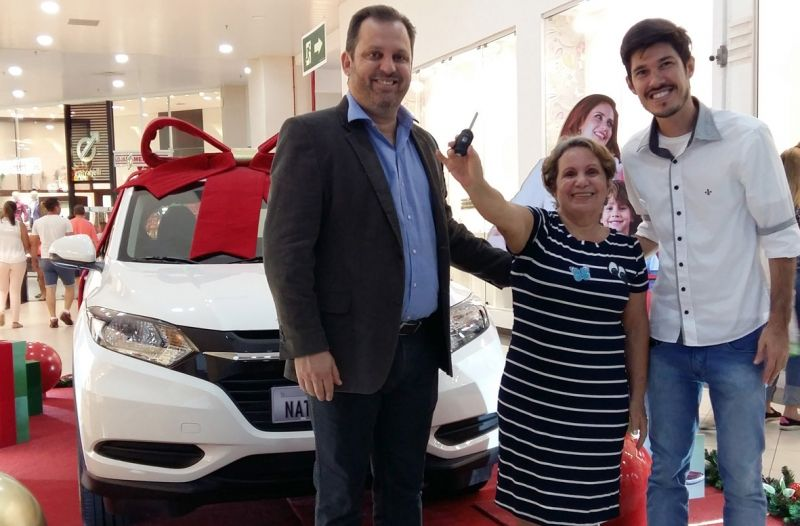 Maria Antônia Vargas de Carvalho, ganhadora do Honda HR-V 0Km com Leandro Denardi, gerente geral e Matheus Lara, coordenador de marketing do Marília Shopping