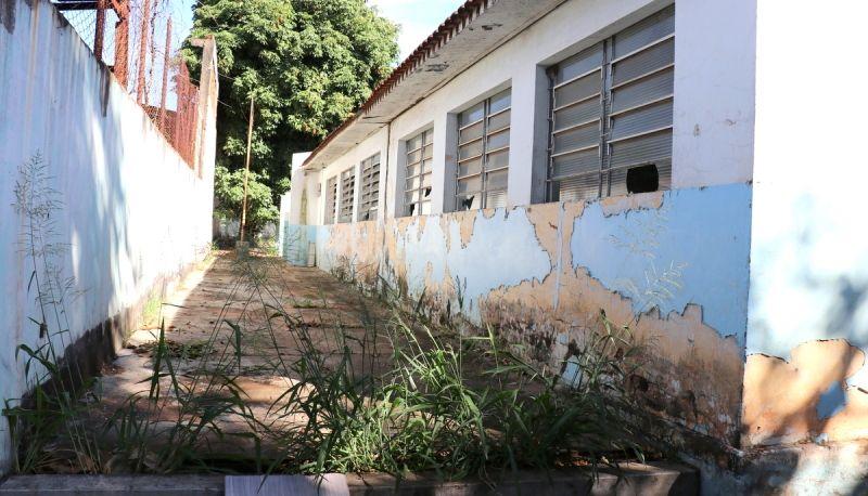 Prédio da antiga EMEF está abandonado há mais de sete anos.