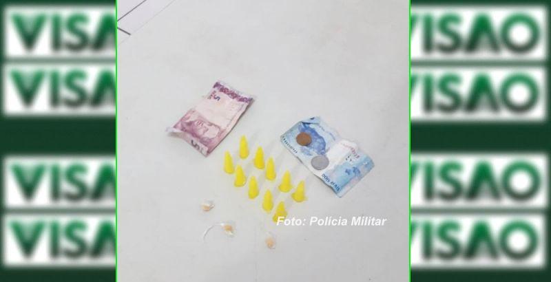 Porções de drogas apreendidas pelos policiais militares na vila Barros.