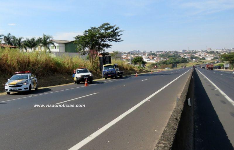 Equipes da Entrevias e Polícia Rodoviária em atendimento na rodovia do Contorno, em Marília.