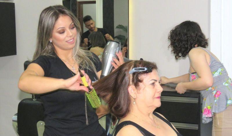 """Kelly Grigoletto: objetivo é marcar aquele cabelo e maquiagem no dia do tão esperado """"sim""""."""