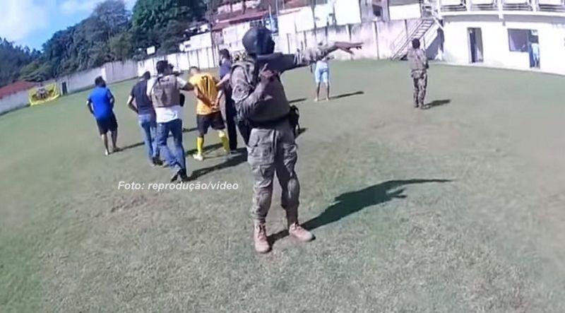 Momento em que o jogador é preso por policiais civis.