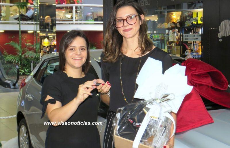 Daniele Fabretti entrega a chave do carro O KM à advogada Aline Zapaterra Mazzo.