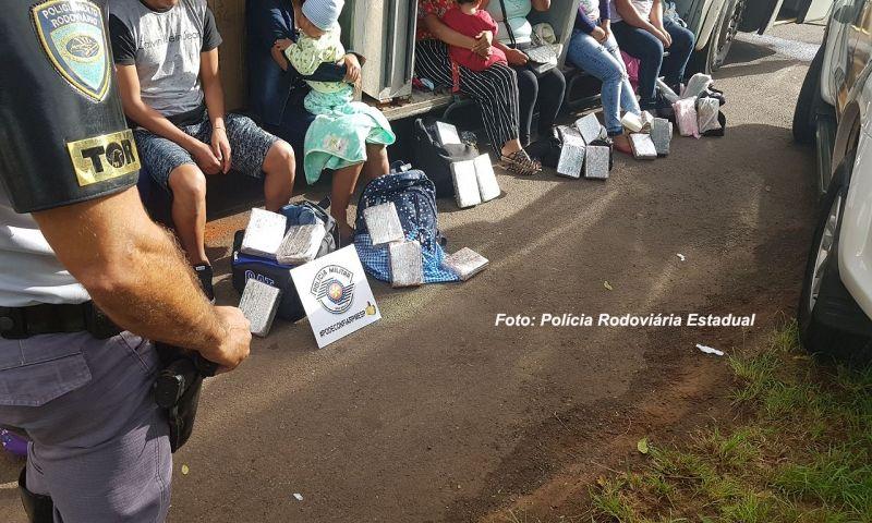 Os boliviados am serem presos, inclusive com crianças de colo.