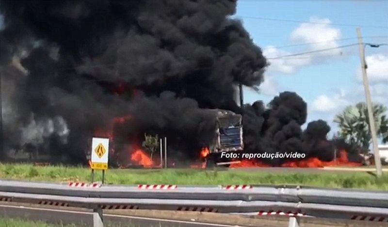 As chamas atingiram toda a carreta e motorista acabou sofrendo queimaduras.