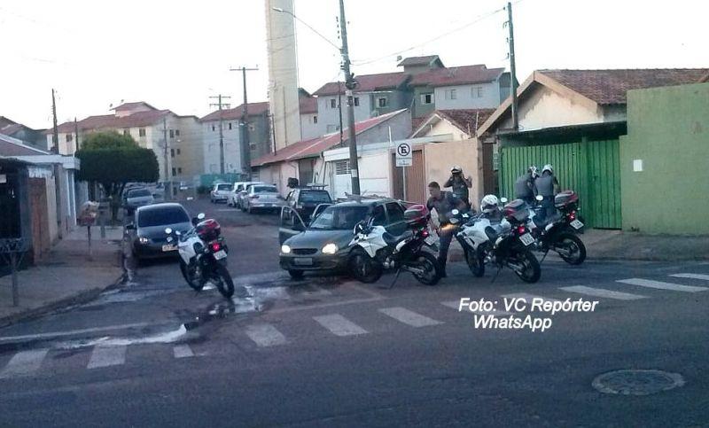 Flagrante do momento da abordagem do carro pelos policiais militares da ROCAM