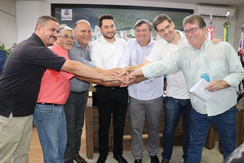Secretário (ao lado do prefeito Daniel) com demais lideranças políticas.