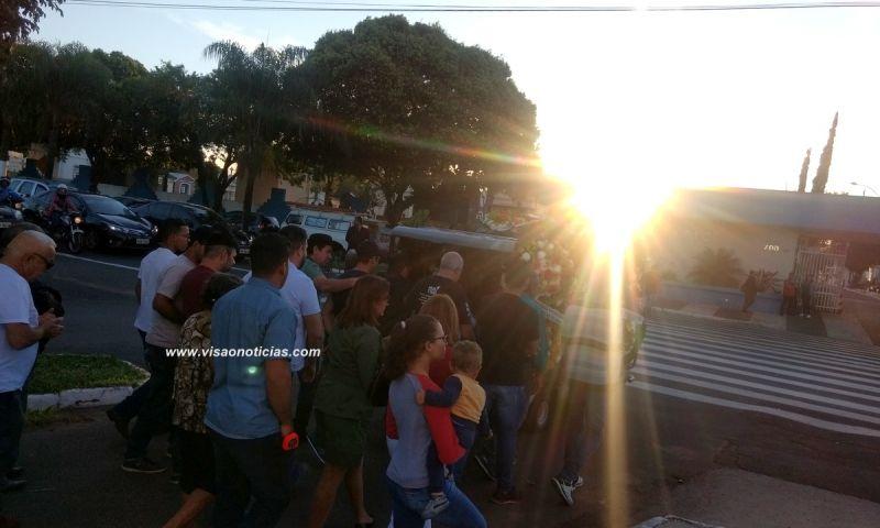 O sepultamento do cantor Addy reuniu centenas de pessoas no final desta tarde.