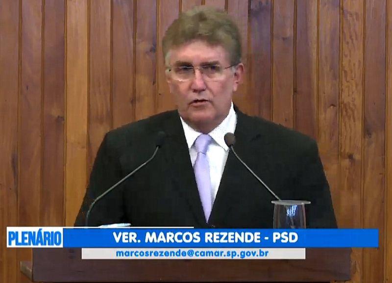 Marcos Rezende durante discurso há pouco no Legislativo