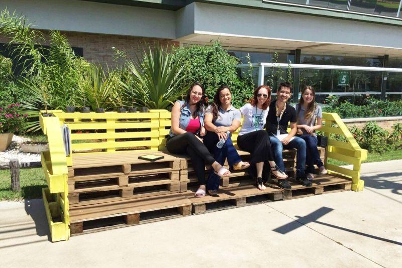 Coordenadora Cassia, e os alunos do curso de Arquitetura e Urbanismo
