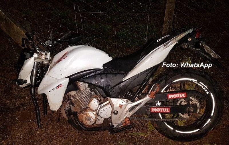 A motocicleta bateu de frente contra a defensa metálica, causando a morte dos ocupantes.