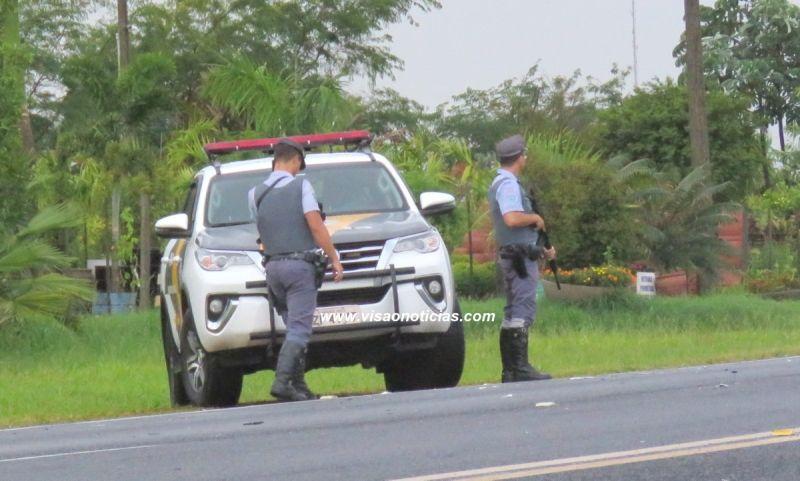 Policiais do TOR ajudam a atender ocorrência de acidente, mas de olho na segurança.