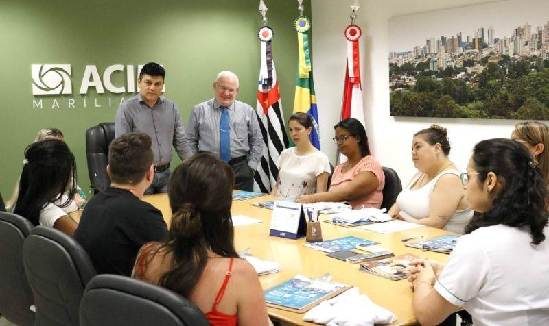 Diretoria da ACIM com os agentes comerciais que orientarão comerciantes sobre a campanha.