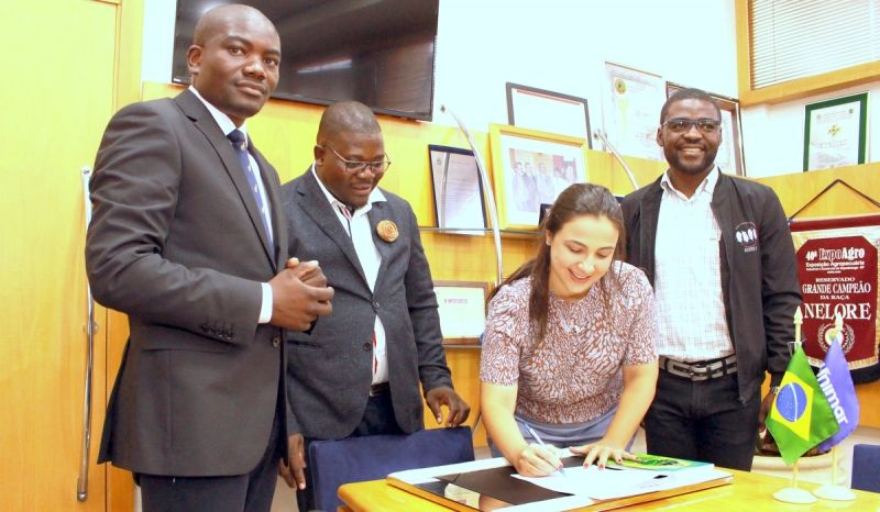 A Pró-Reitora de Pesquisa, Pós-Graduação e Ação Comunitária, Fernanda Mesquita Serva, assina convênio oficializando a parceria.