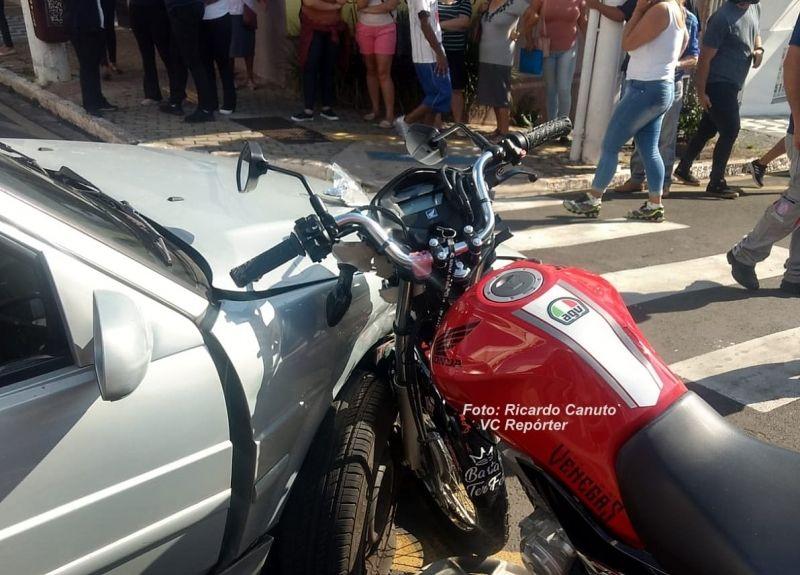 """A moto acabou ficando """"cravada"""" na lateral dianteira do carro."""