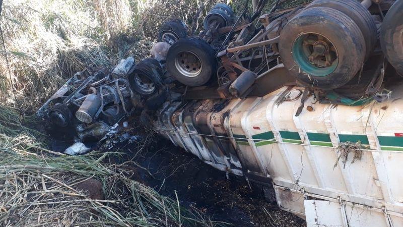 Cabine da carreta ficou destruída após acidente. Motorista morreu carbonizado