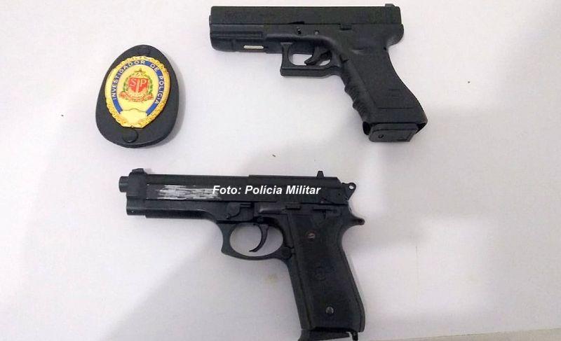 As duas armas de brinquedo e distintivo falso foram apreendidos pela PM.