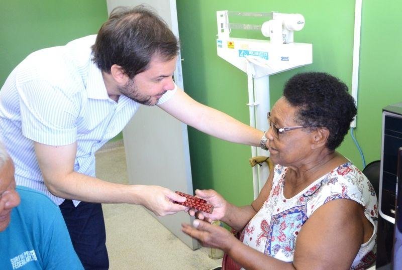 Novo secretário entrega medicamentos à dona de casa Francisca Rufino de Castro, de 72 anos.