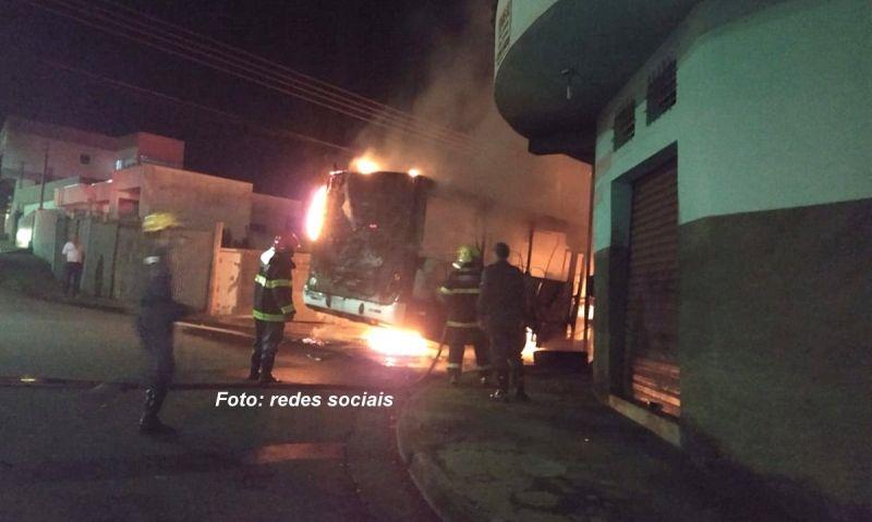 Um dos ônibus incendiados após os ataques deste fim de semana.