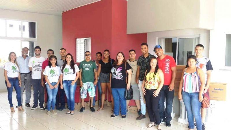 Equipe da Menin Engenharia com os contemplados na Campanha Indique e Ganhe.