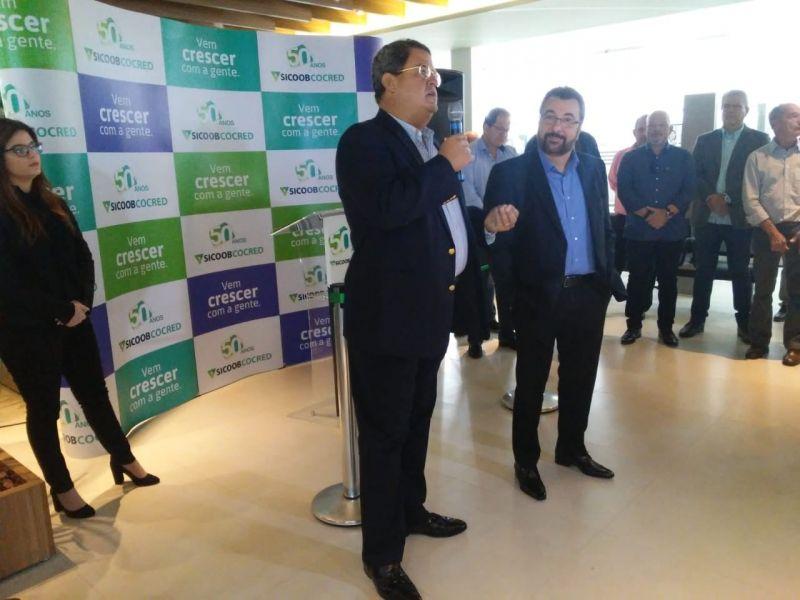 O cooperado Rui Rocha discursa na inauguração da agência Sicoob da avenida Rio Branco