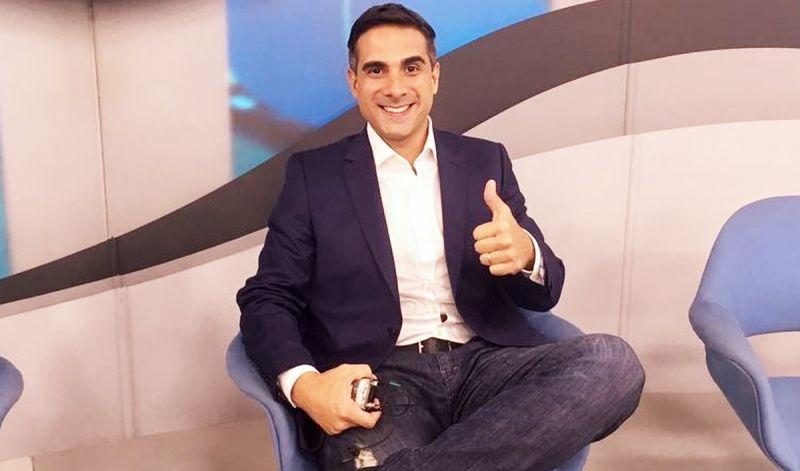 Mariliense Gustavo Villani ao ser apresentado oficialmente por Galvão Bueno.