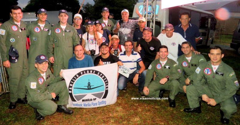 Foto oficial do grupo Spotters Marília com os integrantes da Esquadrilha da Fumaça