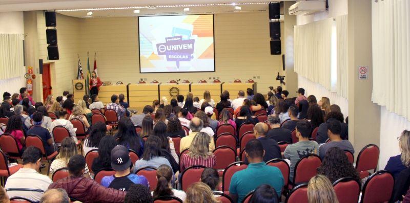 Momento da apresentação do Programa UNIVEM ESCOLAS para a Diretoria Regional de Ensino