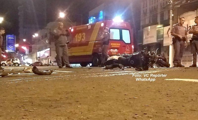 Destroços da moto ficaram espalhadas pela avenida.