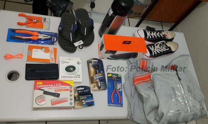 Os objetos que foram recuperados pela Polícia Militar que agora procura as vítimas.