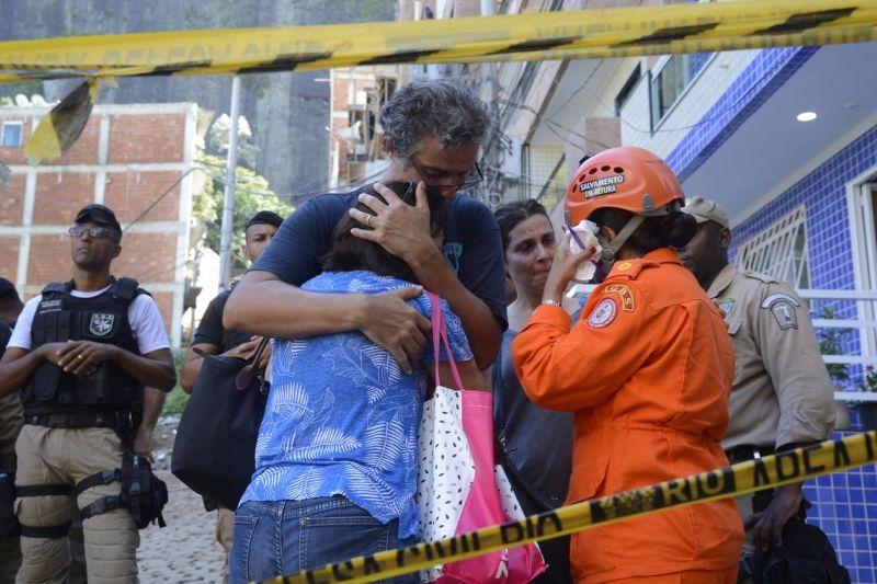 Desespero dos familiares após localização de mais um corpo.