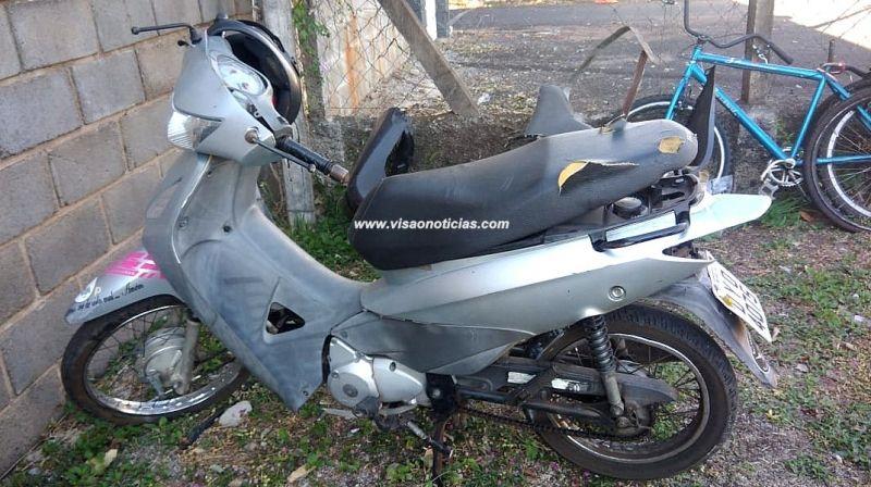 A motocicleta pilotava pela vítima bateu contra uma mureta de concreto.