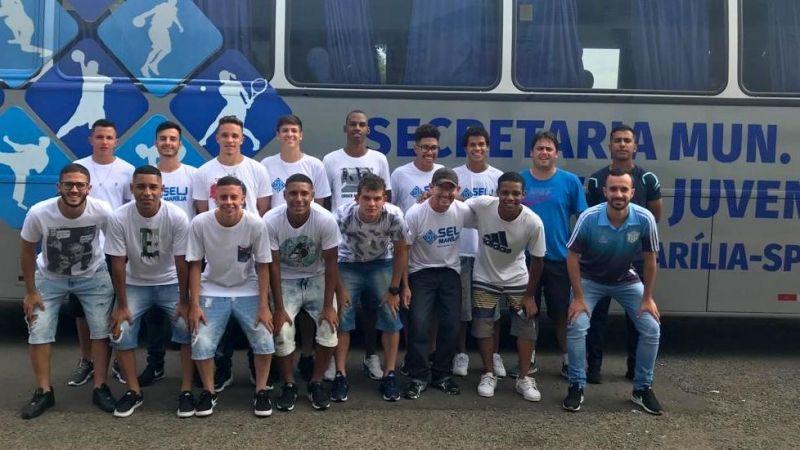 Equipe de futebol masculino de Marília embarcando para os jogos em Assis.