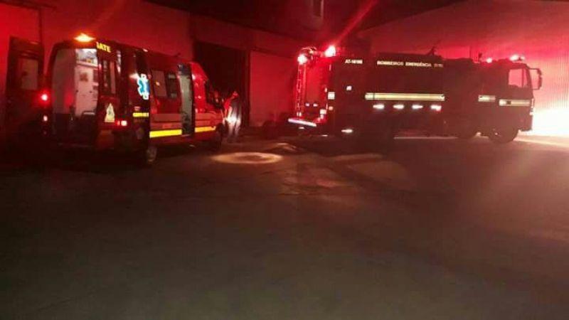 Equipes do Corpo de Bombeiros socorreram a vítima e também controlaram o incêndio.