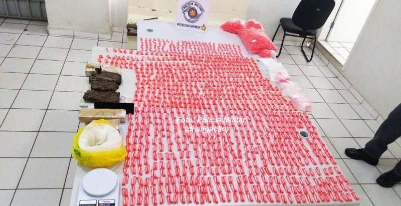Porções grandes de maconha, pasta base de cocaína e 2 mil pinos de drogas.
