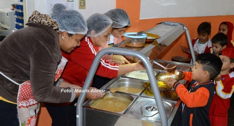 Crianças recebem alimentação com um cardápio diversificado e com economia de 50%.